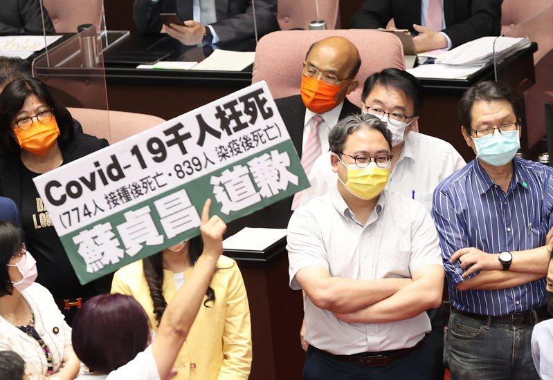 行政院長蘇貞昌(右四)昨天到立法院就國籍航空機組員隔離「3+11」決策過程專案報告,遭國民黨立委群起杯葛。圖/聯合報系資料照片