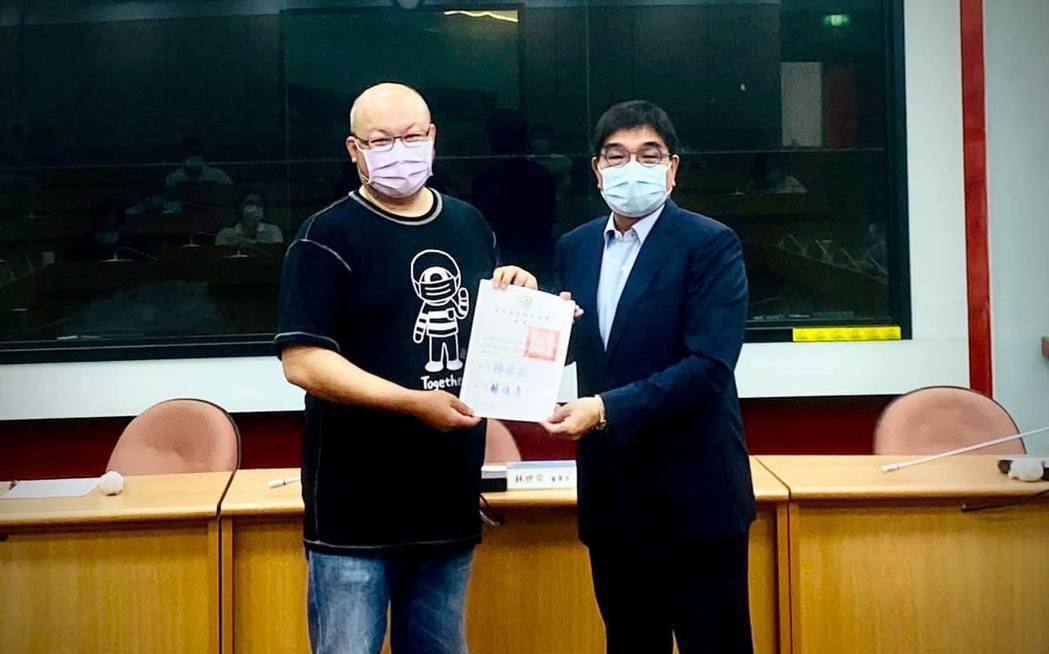 劉亮佐(左)今年受聘擔任台北海洋科技大學演藝時尚事業管理系系主任。圖/摘自臉書