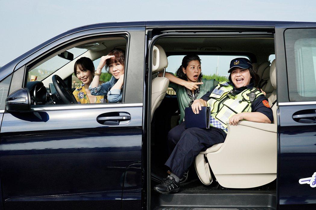鍾欣凌(右)客串演出「俗女2」。圖/華視提供