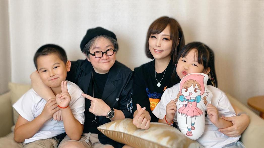 「小蜜桃姐姐」朱安禹(右2)帶一雙兒女作客電台節目,左2為主持人toto。圖/幕