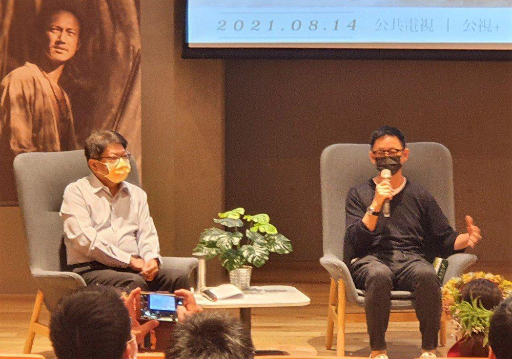 《斯卡羅》導演曹瑞原(右)帶領演員回到屏東總圖書館舉辦見面會,與縣長潘孟安和粉絲...