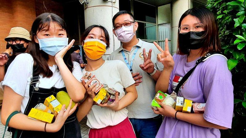 台灣學生和境外生開心歡度秋節。圖/明道大學提供