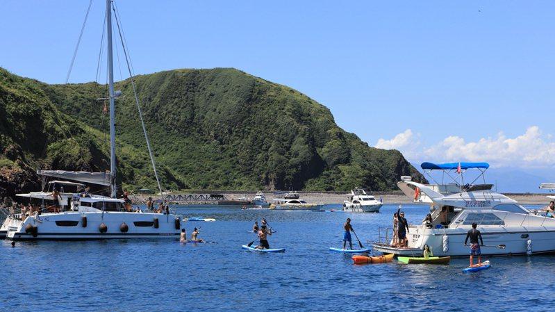 去年開始,宜蘭龜山島旁牛奶海爆紅,幾乎每周末都可見到三、五艘遊艇在後花園下錨,玩家們在四周划SUP或自由潛水。圖/聯合報系資料照片