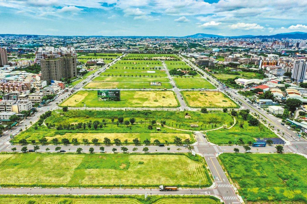 台中市近年來重劃面積最大的14期重劃區,因緊臨精華的崇德商圈與74號快速道路,一...