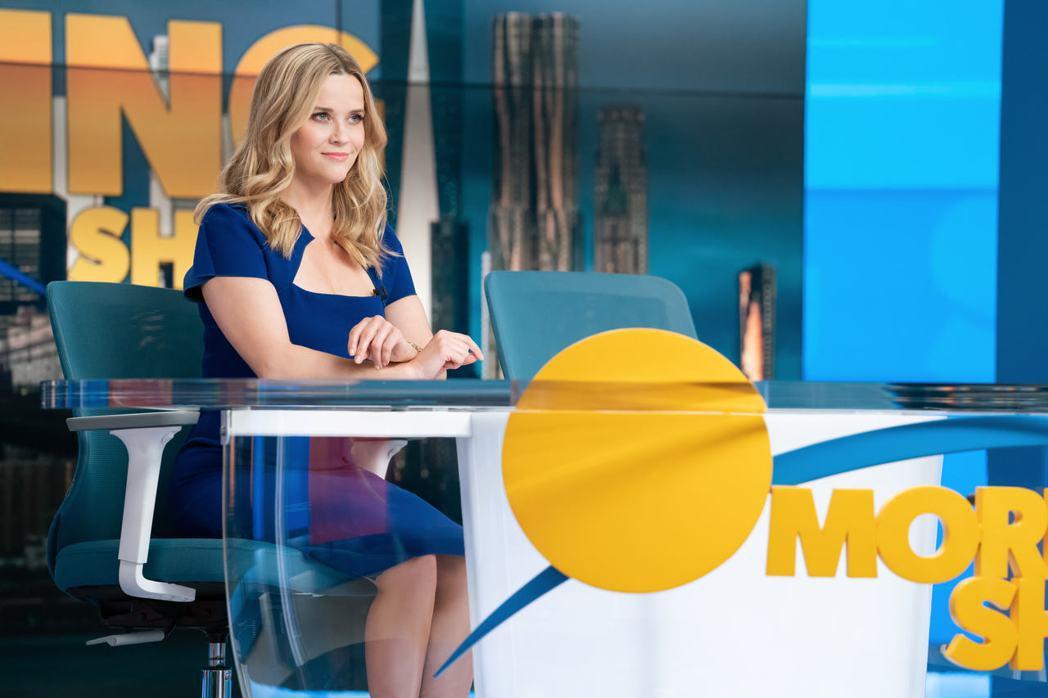 瑞絲薇斯朋再度坐上主播台,成為「晨間直播秀」當家主播。圖/APPLE TV+提供