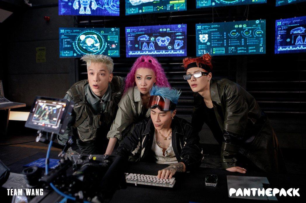 J.Sheon(左起)、Karencici、ICE和王嘉爾所組的PANTHEPA