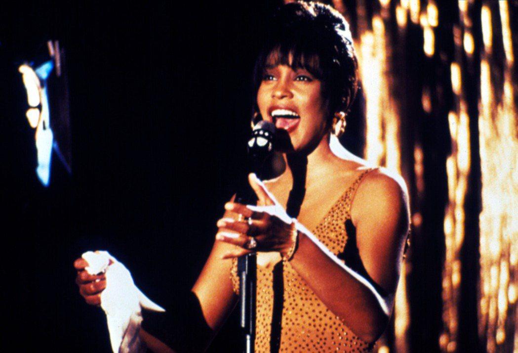 惠妮休斯頓把「終級保鑣」原聲帶多首歌曲唱紅,片子和原聲帶都大賣。圖/摘自imdb