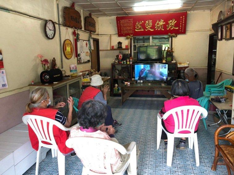 據點照服員將電視搬到長輩家中,讓長輩維持運動習慣。圖/陳筱彤提供