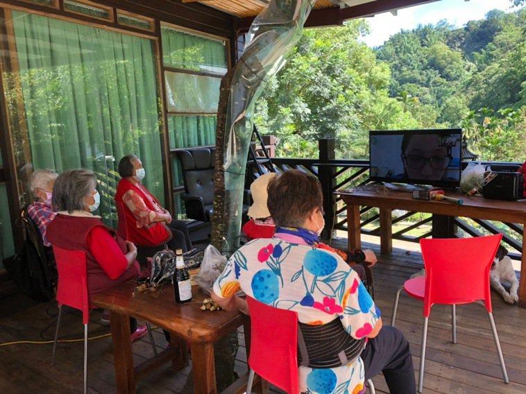 嘉義阿里山來吉文化健康站在戶外空間用手機串連電視螢幕,讓長輩能一同做運動。圖/陳...