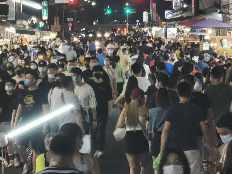 嘉義市文化路夜市,今晚湧入滿滿逛街人潮。記者卜敏正/攝影