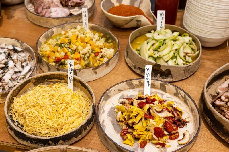 擠米Jimmy food place於現場提供了包含蛋絲、油漬蔬菜、煙燻雞肉絲...等9種食材,其中百香醃芭樂、醃漬風乾水果都頗受好評。記者沈昱嘉 / 攝影。