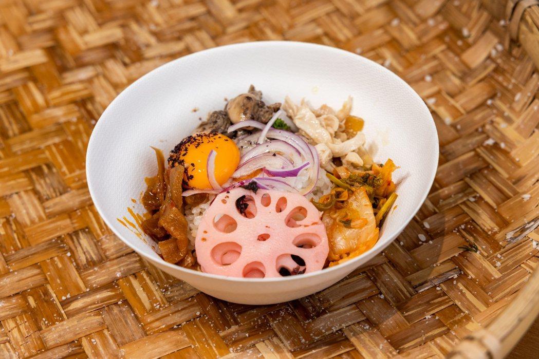 胭脂食品社推出的「トロトロ冷拌飯」,選用高雄147號米,讓冷飯也能感覺到米穀的甜...