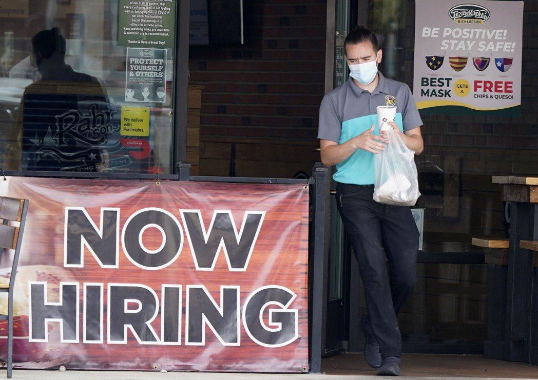 多個共和黨主政的州今夏疫情復熾,又提早結束發放聯邦額外失業津貼,導致州內需要近距...