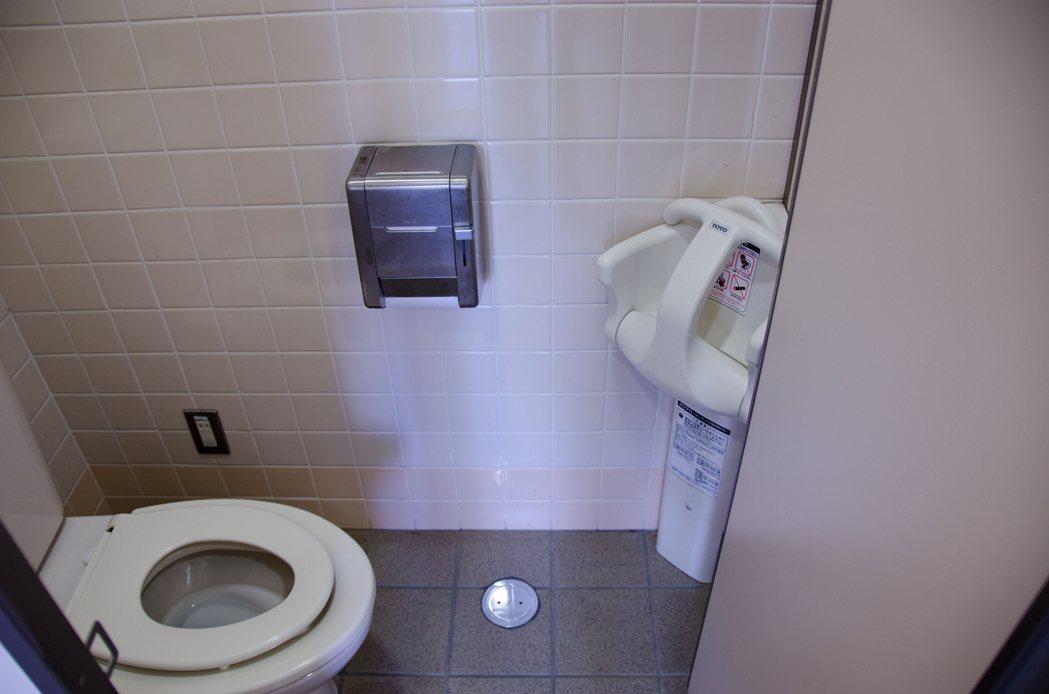 有網友透露家中大門打開後,左邊竟然是廁所,讓他擔心風水上會有影響,但大多數人一致...