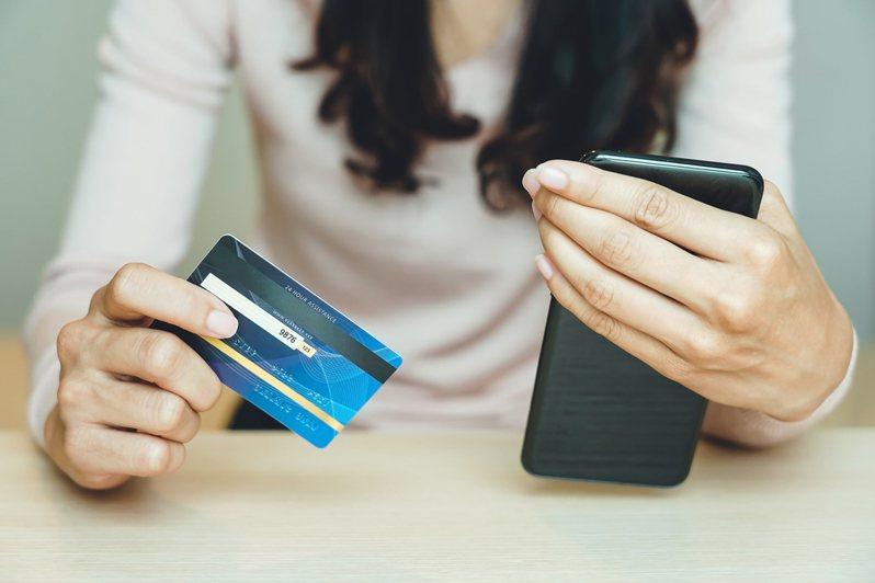 科技日新月異,民眾多使用網路銀行服務,在家動動手指就能輕鬆轉帳。示意圖/ingimage