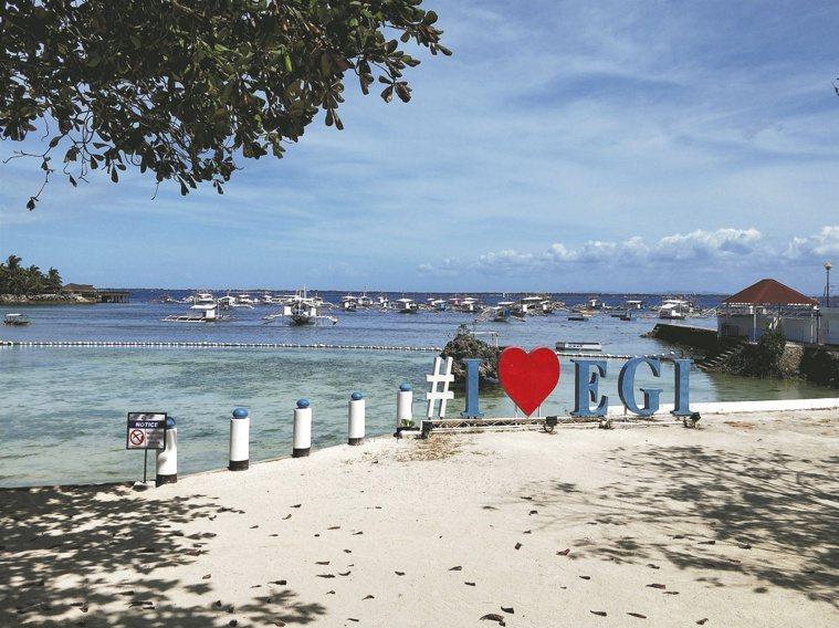 宿霧靠海邊的語言學校,可見到沙灘與螃蟹船。圖/出版社提供