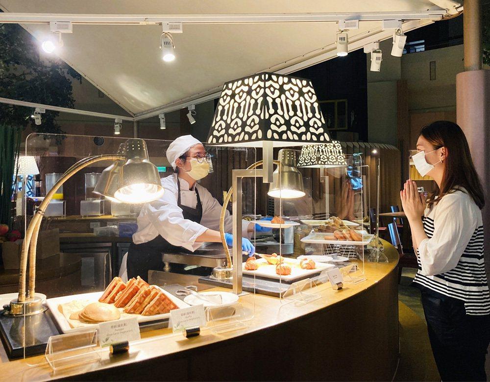 「遠東CAFÉ」自助餐廳,全面嚴格執行各項防疫措施,各區招牌餐點維持現點現做,加...