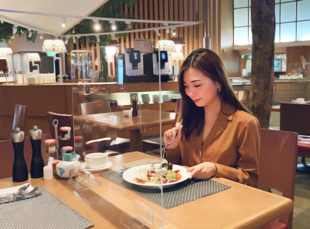 每個開放式餐檯,加設透明隔板或食物防護罩,賓客自由挑選菜色,由落實實聯制並控管人...
