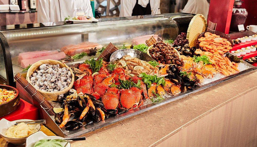 「遠東CAFÉ」自助餐廳主題美食的「海鮮餐檯區」,還有現點現做飲品特調,每日多達...