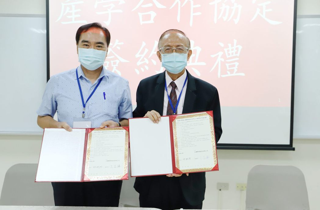 校長林聰明(右)與台鹽實業董事長吳容輝(左)合影。 南華大學/提供。