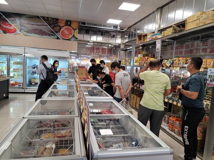 可瑪先生海鮮肉舖創辦人姜世軒總經理,選擇了高雄大順黃昏市場開店,結合傳統攤販做數...