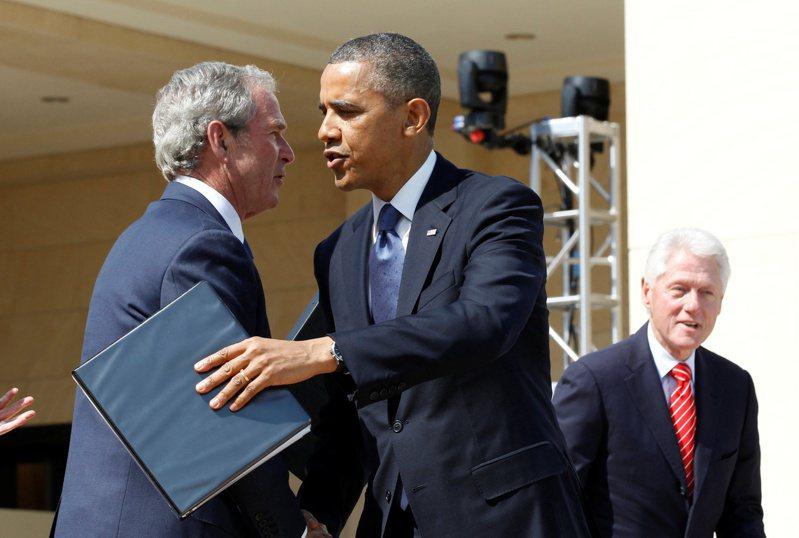 三位前總統布希(左起)、歐巴馬、柯林頓,及三位前第一夫人,共同加入「美國歡迎」運動,協助阿富汗移民安定。 路透