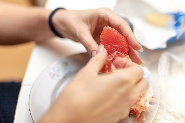 一顆文旦(約360公克重)就有4.7公克的膳食纖維量,屬於膳食纖維高的水果,適量...