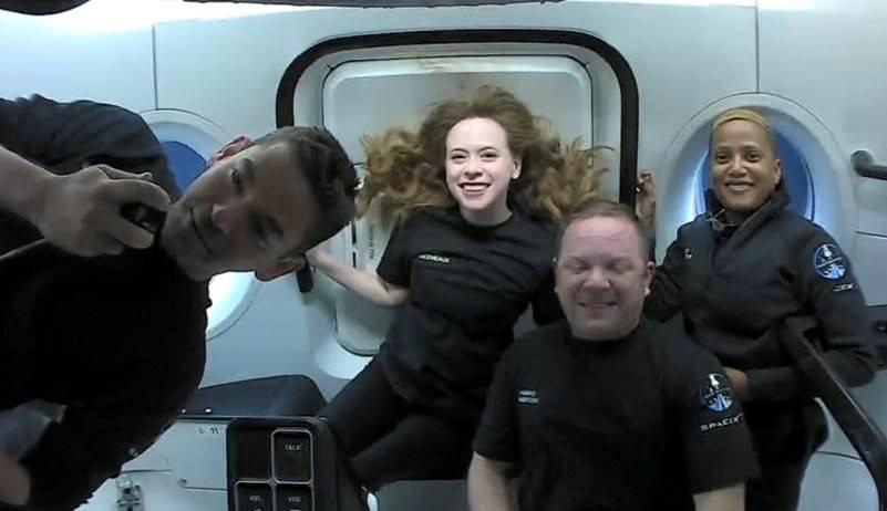 SpaceX公司的「平民太空團」於美東時間18日晚間7點09分左右返回地球,降落...