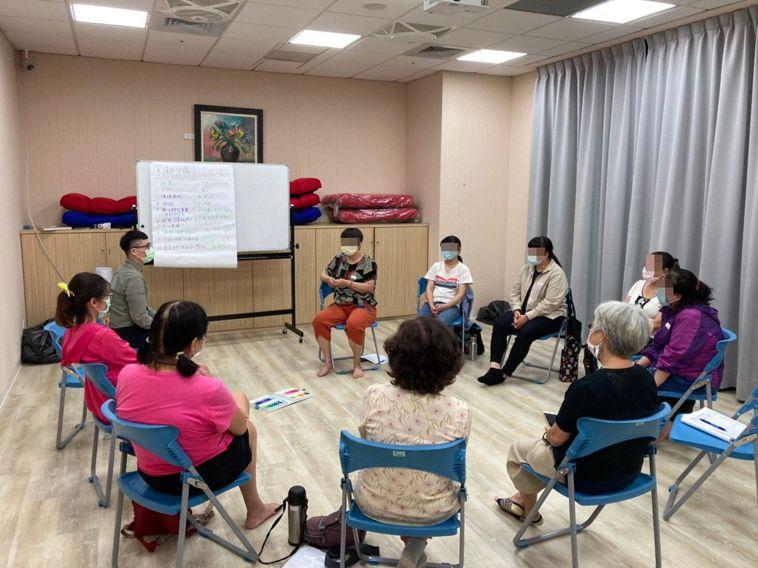 高雄市臨床心理師公會為民眾開辦「疫外危機,陪你安心」團體,設計一系列情緒壓力調適...