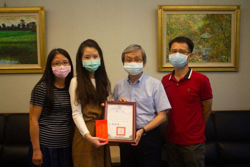 樹人醫專校長郭啟東(右二)鼓勵王育琇同學(左二)多方位充實自我。圖/樹人醫專提供