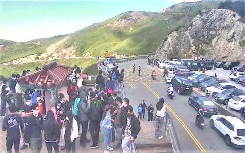 中秋連假第2天,合歡山一早湧進大批遊客,各停車場全停滿,武嶺亭上擠滿人。記者賴香珊/翻攝