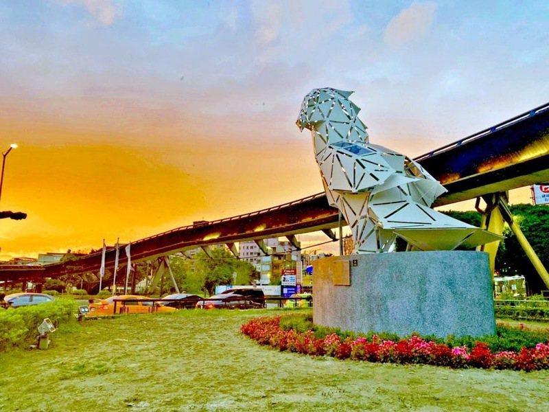 新北市府推動城市新美學,以鶯歌在地特色概念打造一隻6米高的大型裝置藝術「守望鶯歌」。圖/新北市經發局提供