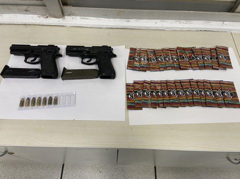 警方查獲改造手槍、子彈及毒咖啡包。記者謝進盛/翻攝