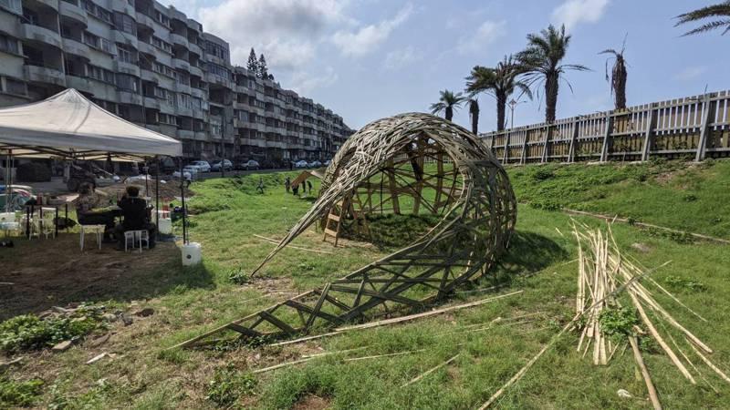新北市府輔導、社區管委會發起「海灣竹巢」計畫,在社區前方設置大型藝術品。圖/新北市城鄉局提供