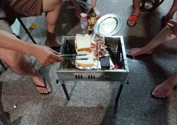 使用炭火烤肉,烤肉前的起火,須小心可能有火星噴發,烤完後的餘燼,若忘了處理,也可能引發火警。示意圖。記者陳苡葳/攝影