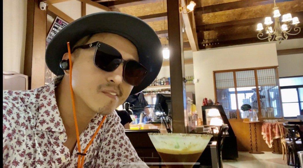 沒人認出戴著帽子和墨鏡的王少偉。圖/建印娛樂提供
