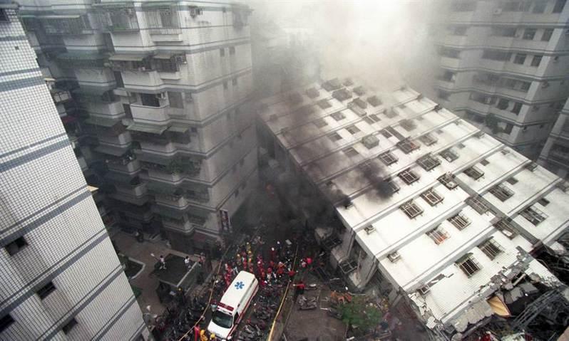 民國88年發生的921大地震,新北市發生嚴重災情,多處建築物損壞,產生結構安全問題。圖/新北市工務局提供