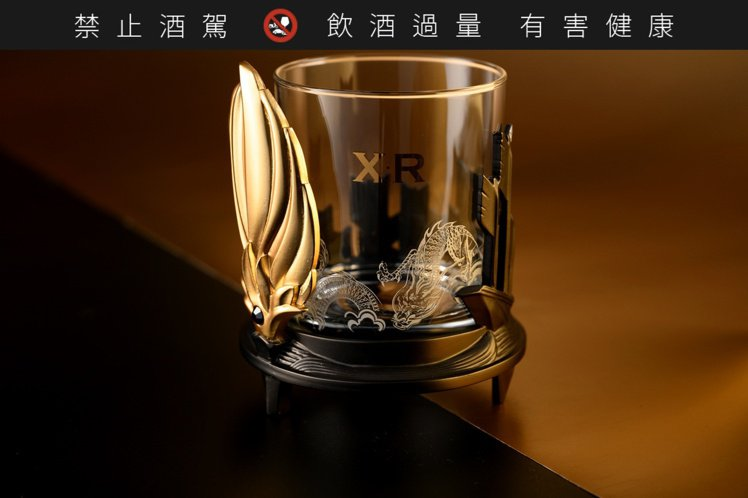 以經典的草船借箭為典故推出造型杯款,演繹造局者策無遺算的布局謀略。金色羽扇上鑲有...