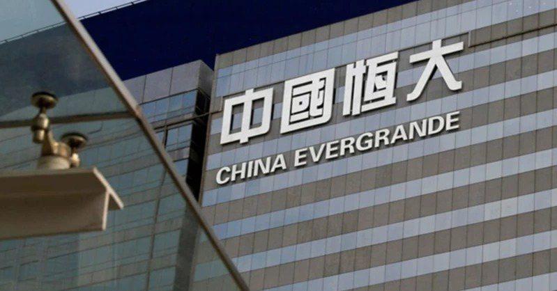 中國大陸8月經濟數據表現不佳,恆大集團債務風險引爆信心危機,投資人大舉拋售股債。路透
