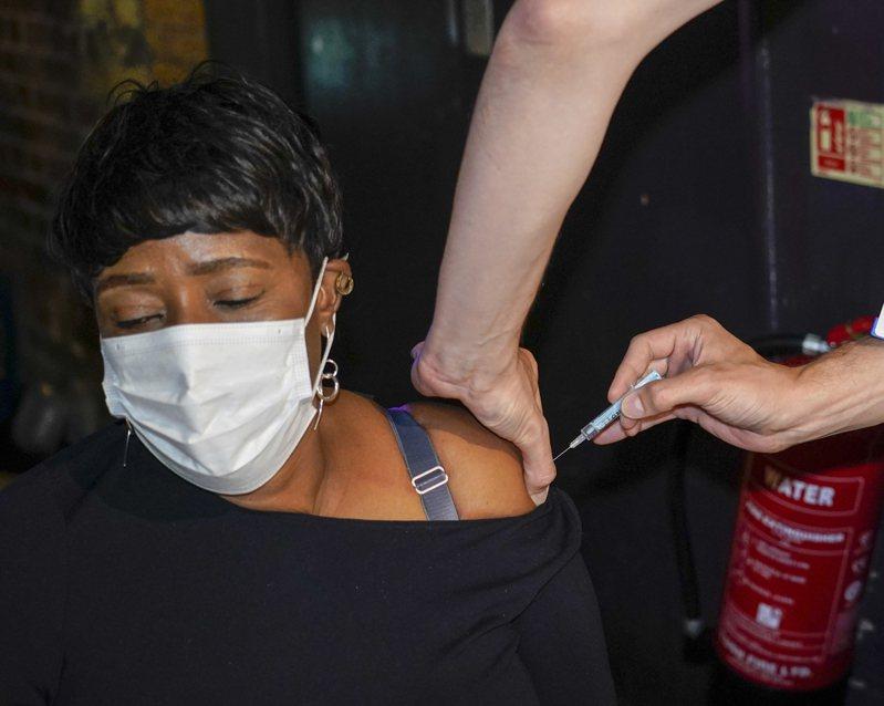英國一名病患上月8日在倫敦夜店「天堂」接種站接種輝瑞疫苗。美聯社