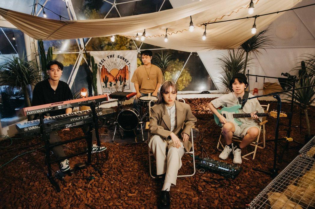 張牧喬(右二)與黃韻玲兒子、吉他手男友沈裕紘(右)共組樂團。圖/Lyn工作室提供