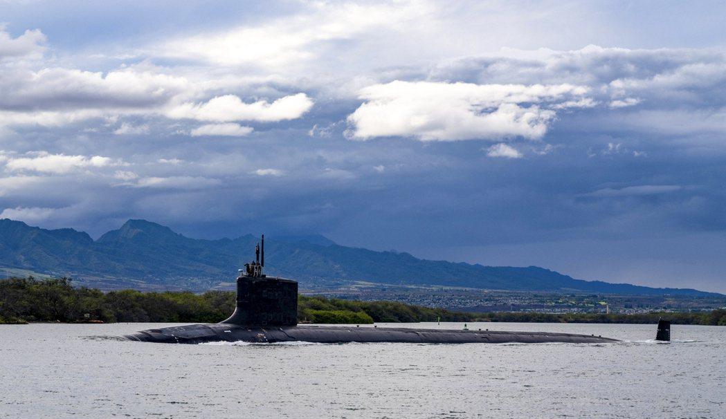 美國海軍密蘇里號核潛艇1日離開夏威夷珍珠港-希卡姆聯合基地。(美聯社)