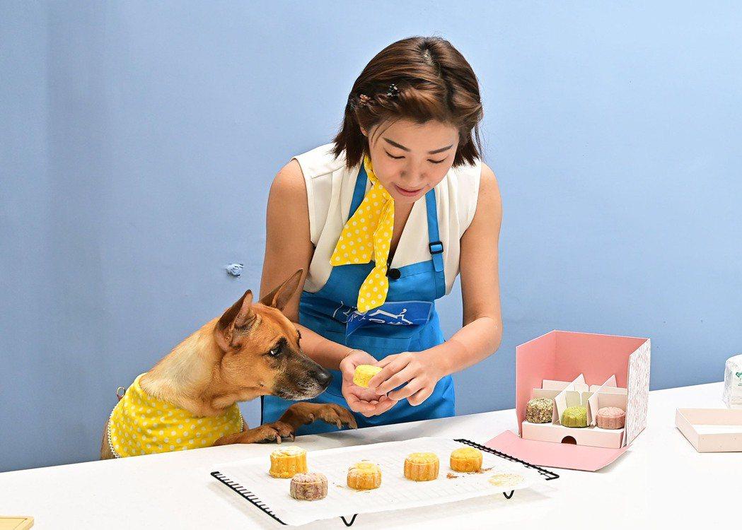 米可白為毛孩製作月餅,直呼壓模新挑戰。圖/台視提供