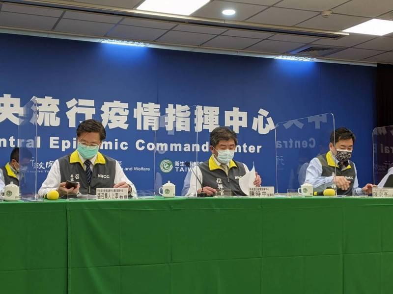 疫情指揮中心指揮官陳時中(中)表示,九月廿一日到十月四日全國則維持二級警戒。  記者謝承恩/攝影