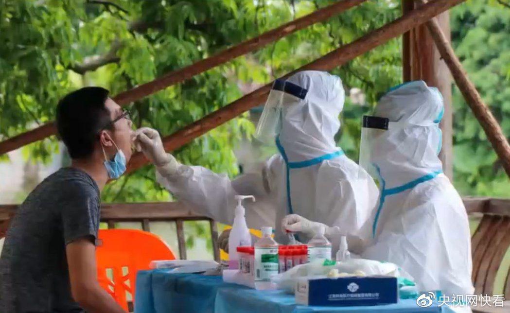 廈門市政府研判,當地疫情起源是外市輸入病例,在工廠等人群密集場所爆發和擴散,在首...