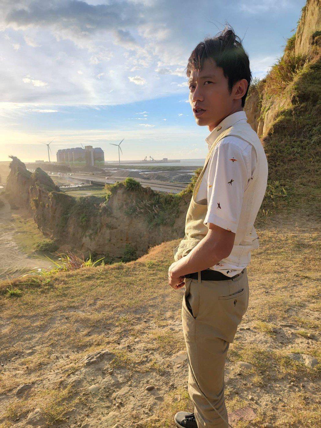 張哲豪拍「黃金歲月」墜崖戲,趁空還拍了一下夕陽美景。圖/民視提供