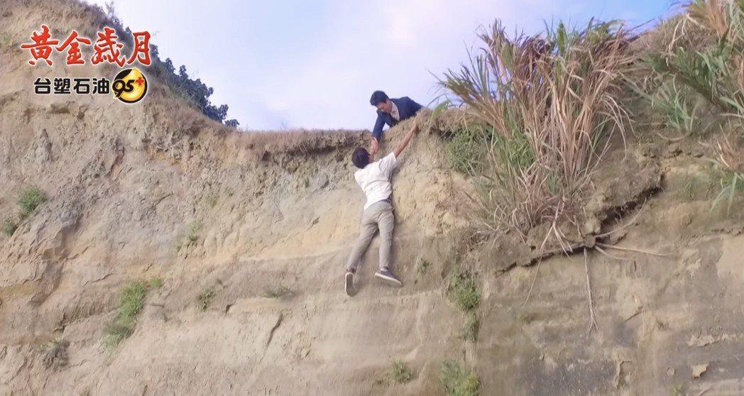張哲豪日前拍攝「黃金歲月」墜崖戲,險象環生。圖/摘自youtube