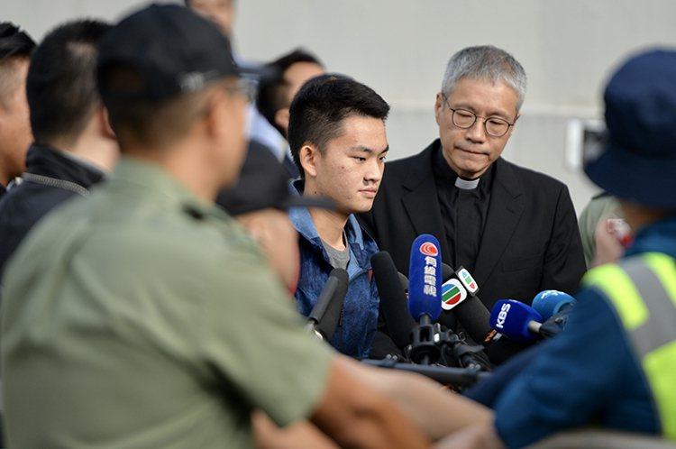 協助香港嫌犯陳同佳的香港聖公會教省秘書長管浩鳴19日被問到陳同佳何時到台灣投案時,他表示,「你不如問台灣政府好過。」(圖/取自新京報)
