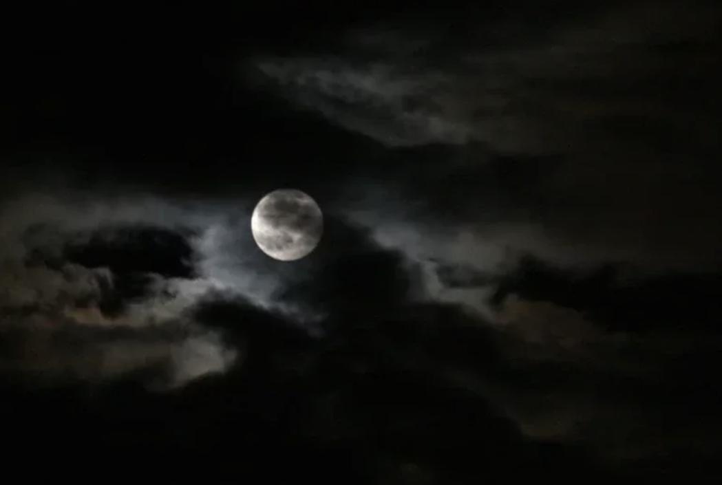 氣象局表示,明天晚上賞月機率最高。圖/報系資料照