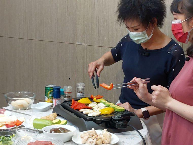 烤肉順序,譚敦慈強調,先蔬後肉。記者江家全/攝影